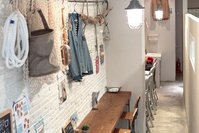 ベーカリーカフェとライフスタイルショップが一体となった、マリンテイストの店内です♪
