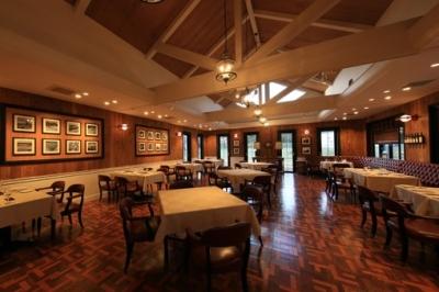 レストランでは和洋中幅広い料理を提供します。
