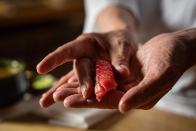 築地から毎日選び抜かれたネタを仕入れます。米、酢までこだわりの食材を使うのが「海味」(うみ)流です。
