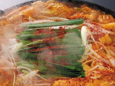 名古屋味噌と赤唐辛子をブレンドした秘伝のスープで味わう鍋料理