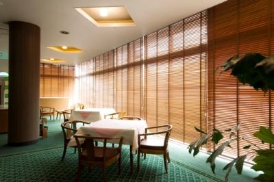 ゴルフ場・クラブハウス内にあるレストランにてホールスタッフを募集◎主婦が活躍中です!