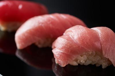 東京で1、2を争う高級鮨店出身の大将が生み出す料理を提供いたします。