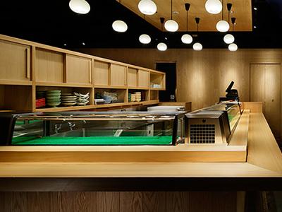 全国から直送される新鮮な魚介類を使用し、職人が本格的な料理に仕上げて提供している当店。
