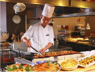 お客様の目の前で調理をすることもあり、ダイレクトな反応をいただけることも◎