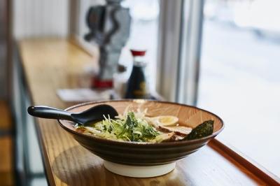 手作りラーメンを中心に、バラエティ豊かな日本食も提供しています。