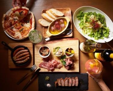 イチオシの牛レアかつや肉料理、ピザなどお酒がすすむ料理をご提供しています♪