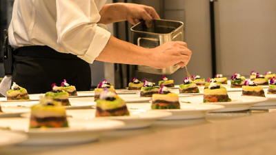 おふたりの新たな門出をお料理で演出する、ゲストハウスのキッチンスタッフ。