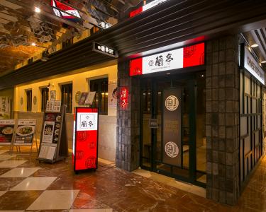 大阪市内に3店舗を展開。こちらは茶屋町店の外観です