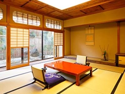 宿泊は全6室の贅沢な空間。調度品など、日本建築の伝統美が漂うお部屋にしつらえています。