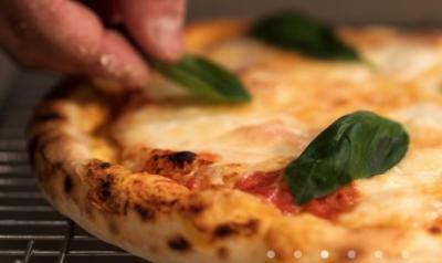 生地から作る焼きたてのピザをご用意しています。