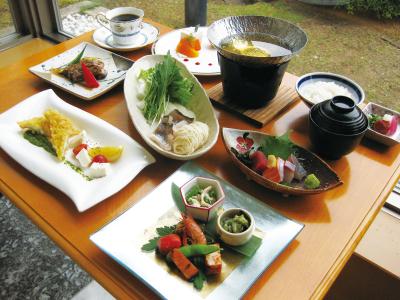 洋食をベースに和のエッセンスも取り入れたメニューの数々を提供しています。
