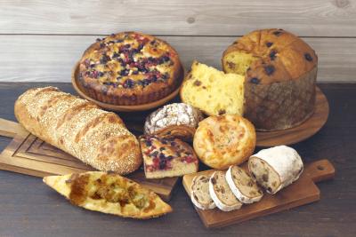 定番の人気商品だけでなく、多彩なパンがお店に並びます。写真はクリスマス向けの新商品(2018年)