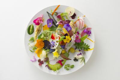 自然界の黄金比に基づき、一皿をキャンバスに見立てて料理を完成させています