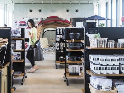施設内には当社の直営店も。キャンプ場では商品をレンタルして、使用感を試すこともできます。