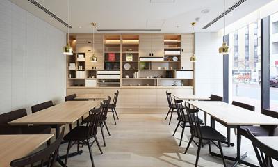 茶屋の和傘をモチーフにした照明や、伝統的な茶箱を取り入れた、木目調の優しい雰囲気が特長です。