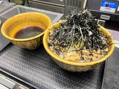 「なぜ蕎麦にラー油を入れるのか。」新橋駅前ビル店は、5年目