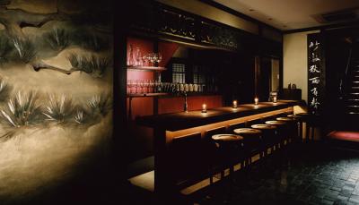 高級中華料理店の中庭の蔵は、バーとして営業しています。