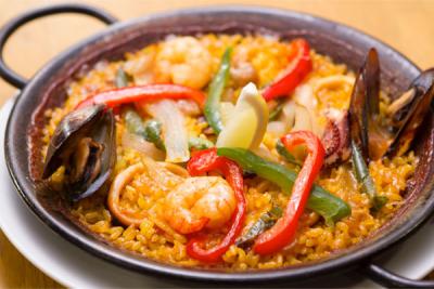海老のアヒージョやミックスパエリアなど本場スペイン料理を提供する当店で調理スタッフを募集します