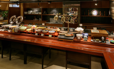 朝食は和洋バイキング。旬の食材を使った郷土料理からフレンチトーストまで、こだわりの料理をご提供。