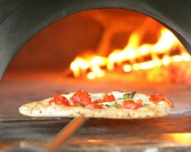 釜で焼く本格ピザが人気!まずは「いらっしゃいませ」と笑顔でお客さまをお迎えしましょう◎