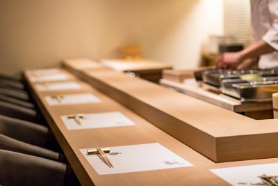 落ち着いた雰囲気で楽しむ江戸前鮨。しっかりとした職人の技術を身につけ、お客さまに感動を提供。