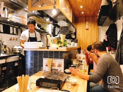 お客さまと距離が近い、カウンターキッチンで営業中。調理も接客もマスターできます!