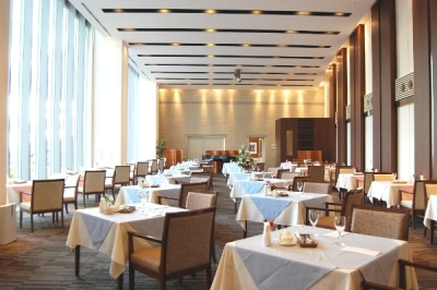 ホテルのように綺麗な職場環境☆夜は、レストランの窓から六甲の美しい夜景も見えます☆<シフト融通も◎>