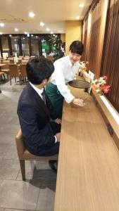 ホテル内のレストランでホールスタッフ募集!未経験の方はしっかりフォローします♪