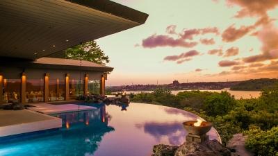 インフィニティープールを有するレストラン敷地は2000坪。美しい湖畔を借景に非日常のひとときを提供。