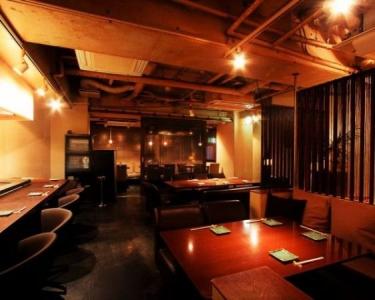 臨場感あふれるカウンター席、ソファ席のほか、半個室もあり。幅広い層のお客様にご利用いただいています