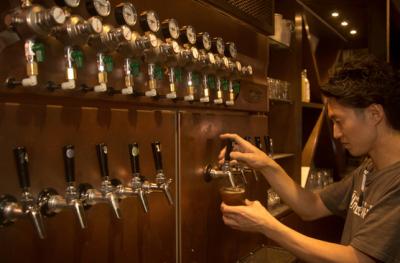 国産クラフトビールを常時10種以上取り揃えるバルで、将来の店長として活躍しませんか?