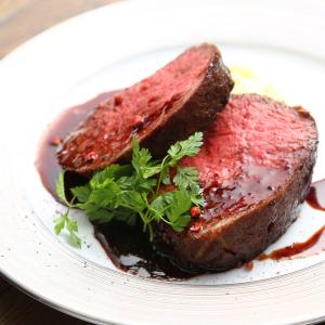 名古屋市を中心に、肉料理専門店を展開中の企業。オシャレな空間も魅力です。