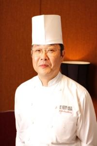 """数々の大会で表彰され、""""銀座の巨匠""""としてTV出演の経験を持つ料理長が直々に指導します。"""