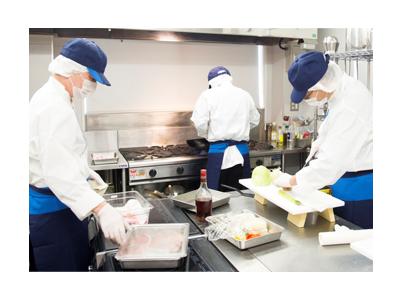 東京都内の老人ホームや社員食堂など、6拠点で調理スタッフを募集。