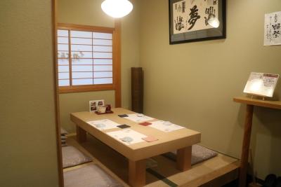 寿司店や、串カツ店で幅広い調理が学べます。独立をめざす方は、夢実現に向けてのサポートを行います。