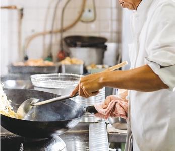地下鉄谷町四丁目駅から徒歩わずか数分の便利な場所に位置するホテルで、キッチンスタッフ募集。