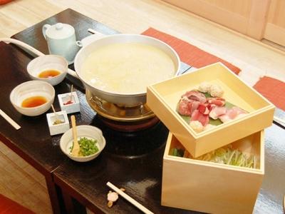 水炊きは2度楽しめるスープが自慢。野菜やお肉を入れる前と後で、味わいが違ってきます!