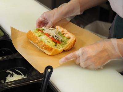 サンドイッチはオーダーメイド形式のため、お客様一人ひとりに好みを聞きながら、丁寧に作ります。