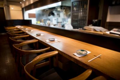 オープンキッチンの、素朴で落ち着いた雰囲気の店内。