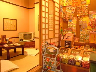 レトロなポスターや雑貨が飾られている店内。子供心に帰れる空間が、年配から若者まで幅広い方に人気です。