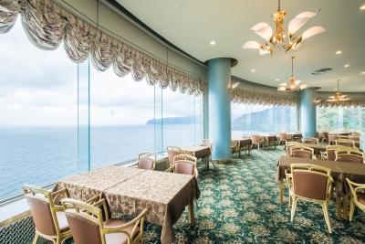 ガラス張りのレストランからは、美しい海の景色が一望できます。