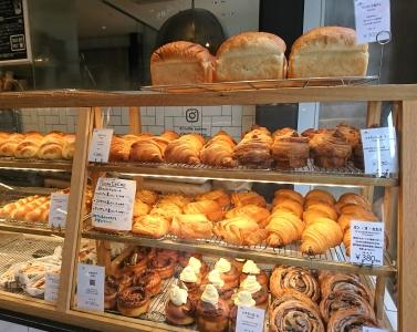 大人気の白トリュフの塩パンを始め、こだわりのパンがならぶショーケース