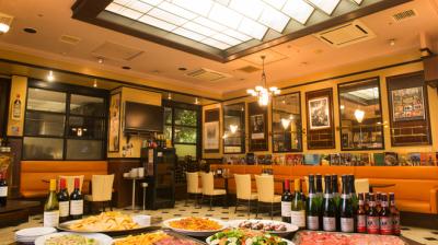 店内には開放的なテラスがあり、パリの街角を思わせるような空間です◎