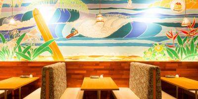 ハワイリゾートのような雰囲気の店内。POPや看板作成など店舗づくりにも積極的に参加してください