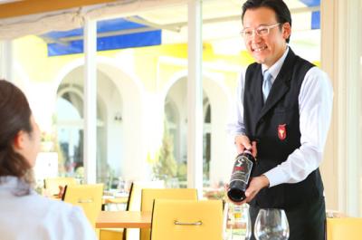 ソムリエも在籍しています。お客様に毎月定番のワインはじめ、オススメのワインをご用意しております。