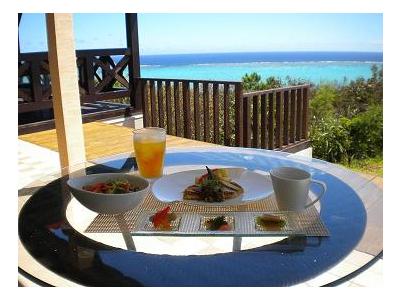 目の前には180度美しい海が広がっている、ロケーション抜群のレストランです♪