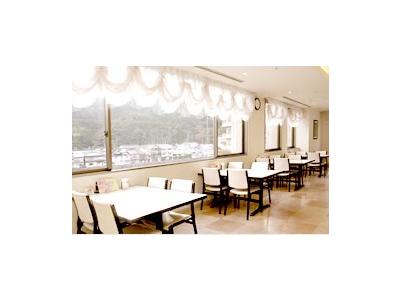 三朝温泉が見渡せる、絶好の立地に建つ宿泊施設。朝食やリーズナブルなランチも好評です。