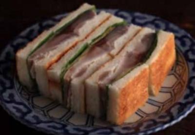 名物は「鯖サンド」!観光客を中心にご注文いただく人気メニューです。