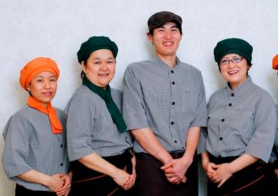 お洒落な制服で、チームワークを大切にしながら、毎日こだわりの料理を作っています!
