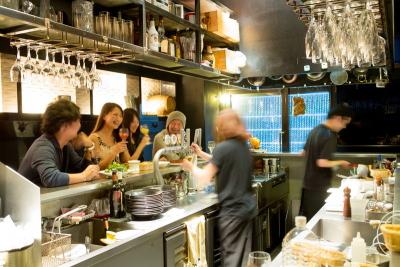 スタイリッシュな店内でこだわり料理とおいしいお酒を提供している、スタンディングバーです。